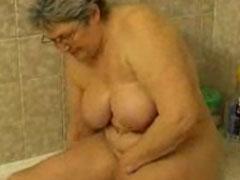 Oma fickt und wäscht sich ihr altes Fickloch