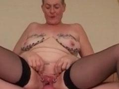 Fette alte Frau steht auf Intimpiercings