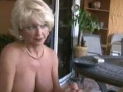 Oma muss auch beim Sex rauchen