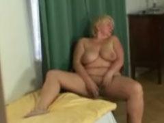 Oma beim Masturbieren erwischt