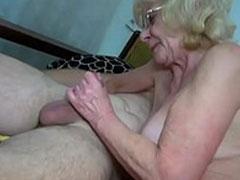 Oma wichst gerne alte und junge Schwänze
