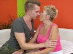 Faltige Granny fickt gern mit jungen Männern