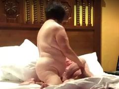 Oma spielt mit Opas Schwanz
