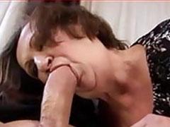 Schwanzgeile Oma steckt sich dicken Pimmel in den Mund