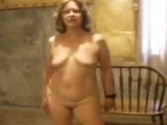 Oma tanzt nackt im Keller herum