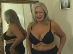 Hübsche Oma macht sich nackig vor dem Spiegel