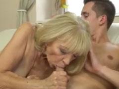 Junger Mann fickt Oma geil durch