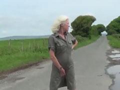 Britische Oma stript auf dem Feld