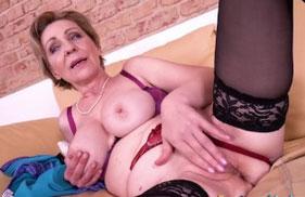 Oma fickt sich selbst in diesem neuen Porno