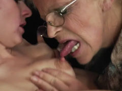 Oma leckt gern junge Titten