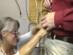 Geiler Oma Handjob für einen Handwerker