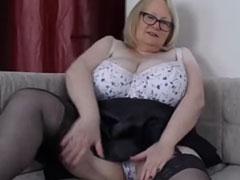 Oma mit fetten Schenkeln masturbiert