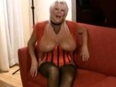 Fette alte Frau und ihre schwarzen Stecher
