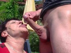 Oma hat gern Sex im Garten