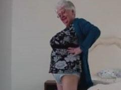 Britische Oma zeigt euch ihre grossen Unterhosen