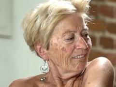 Uralte Oma lässt sich die Titten durchkneten