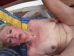 Oma hat Sex auf ihrer Terasse