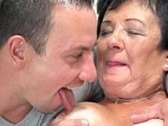 Brave Oma von Jungschwanz zum Sex überredet