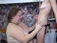 Schlankes Mädchen fickt fette Oma