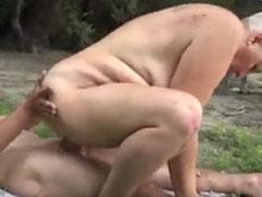 Fette Nudistin reitet harten Jungschwanz