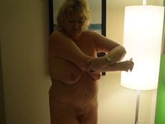 Oma heimlich nackt im Bad gefilmt