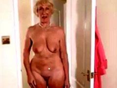 Oma zeigt sich nackt in geilen Stellungen