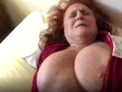 Fette alte Frau mit dicken Titten