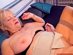 Oma verführt jungen Mann zum Sex